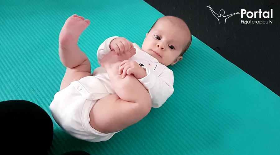 Kamienie milowe - niemowlę siedzi